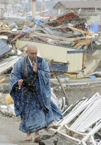 スニーカーを履いて共謀罪反対を訴える似非坊主と、津波被害者に祈りを捧げる「本物」